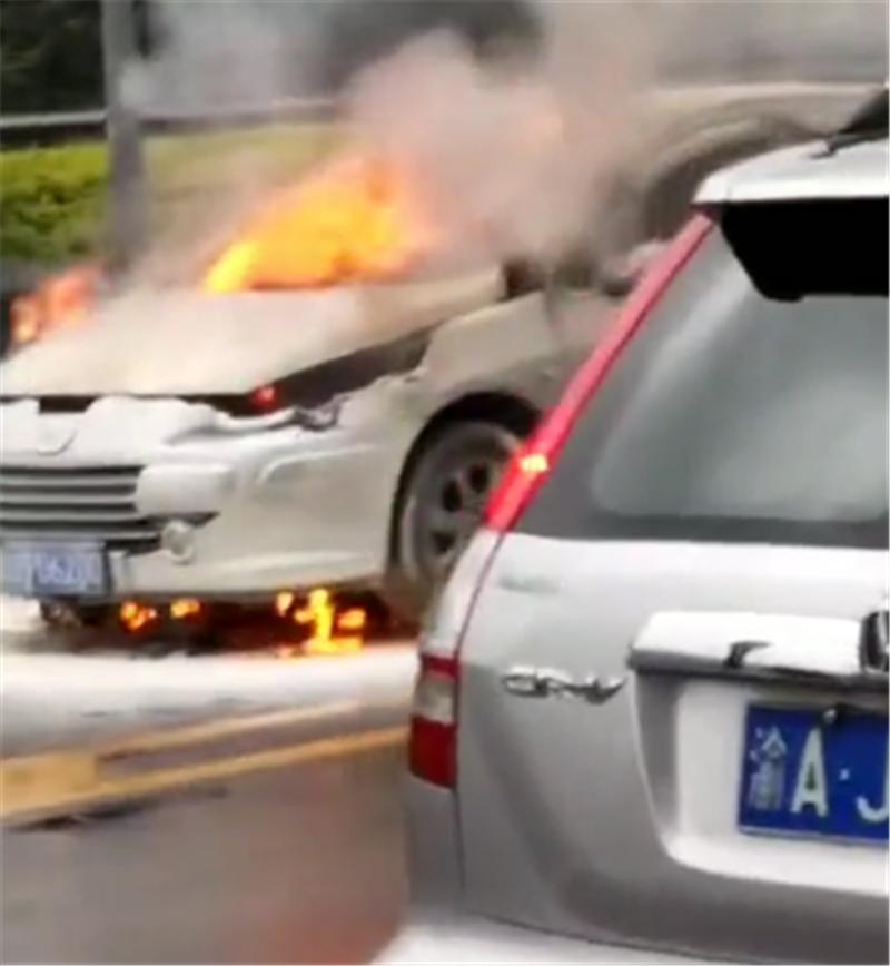 继吉利星越自燃后,10万标致307在重庆街头自燃,引擎盖直接起火