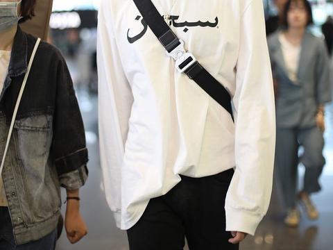 陈红与陈凯歌之子陈飞宇现身机场,穿黑白简装清爽阳光
