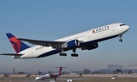 女子在飞机上突然情绪失控,竟企图打开舱门往外跳自杀
