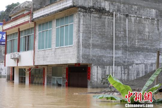 洪水倒灌广西德保县乡镇 武警官兵紧急转移400余人