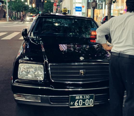 日本东京的丰田世纪出租车,你说这坐一次得多少钱?