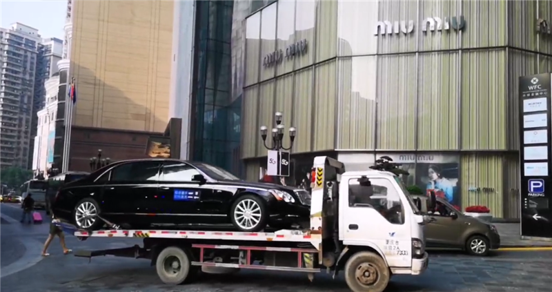 近6.2米长的迈巴赫62S,车价900万,保有量不到24台,C1证开不了