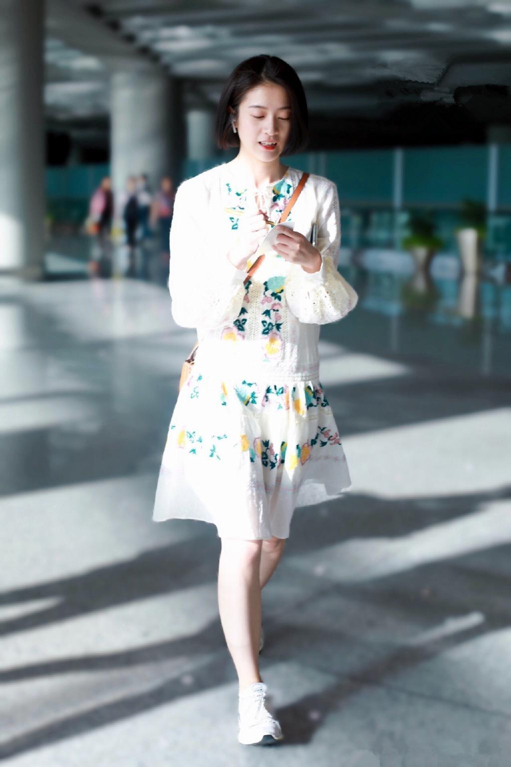 容乐公主现身!张雪迎碎花小裙子装扮清爽利落,笑靥迷人点亮机场