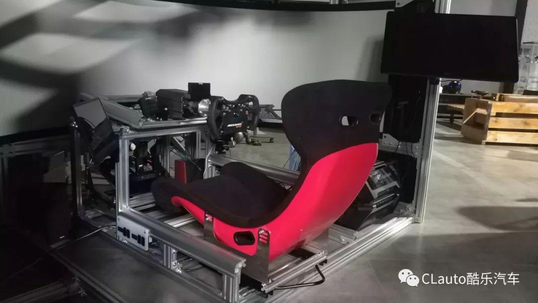 我与一帮开着手动性能车的工程师,去玩了环幕赛车模拟器