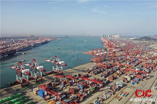 """山东青岛:青岛港前湾集装箱码头繁忙有序 内贸和外贸箱量同比实现""""双增长"""""""