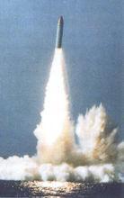 可携六枚核弹头,射程达八千公里,它既是法国的M-4多弹头导弹
