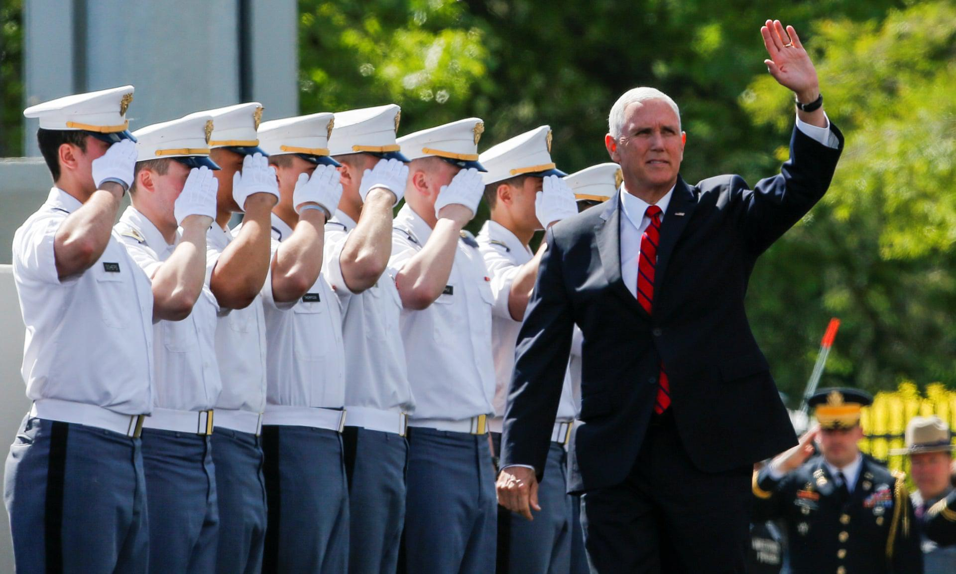 副总统的家人担任公职并不鲜见,彭斯的大哥在国会大厦履职5个月