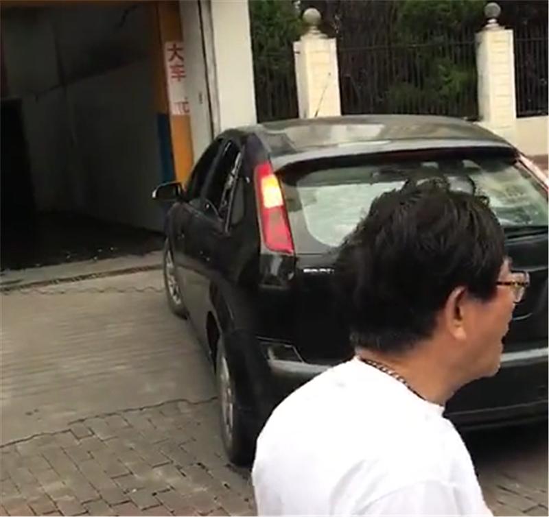 """最""""贵""""福特现上海,车价9万,单单车牌就值240万,牌比车还贵"""