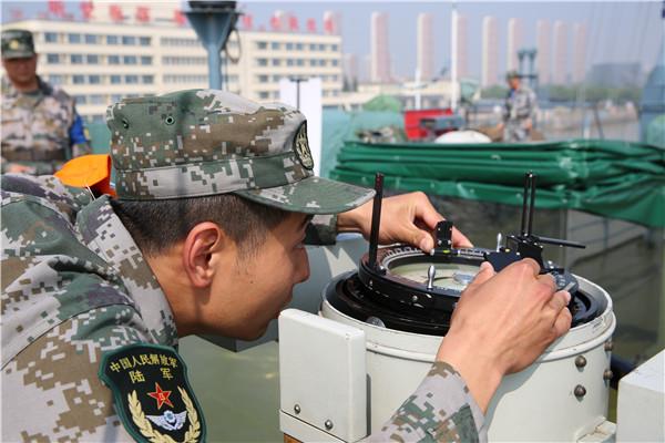 選手參加進行助航儀器操作使用課目競賽。陳炳陸 攝