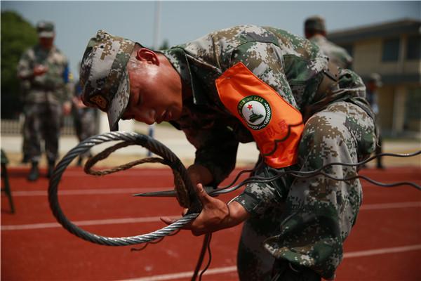 選手參加進行繩結與纜繩插接課目競賽。陳炳陸 攝