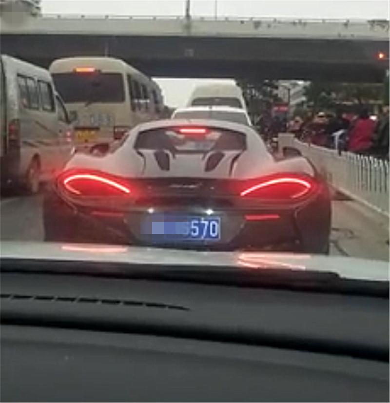 243万迈凯伦现杭州,车牌和车型一样,后方车主看后直接拉手刹