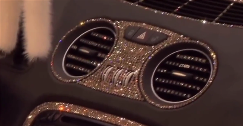 """最""""贵""""奔驰现展厅,镶21颗真钻,配迈巴赫轮毂,车主身价达千亿"""