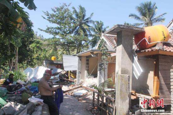 图为2018年8月7日,位于龙目岛Senggigi 海滩附近Senggigi村的损毁房屋。中新社记者 林永传 摄