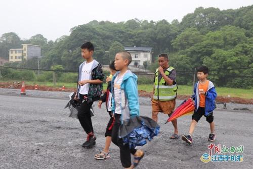 【我身边的榜样】东山村党支部书记李勇:李丙味是学生的守护神 群众的贴心人
