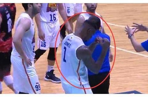 """菲律宾男篮赛场激烈冲突!火箭旧将""""打蛋""""后遭到锁喉重击!"""
