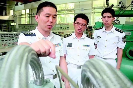 王東(左一)在講課