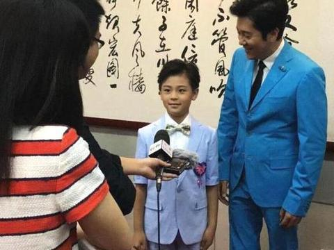 蔡国庆儿子近照,父子俩同台表演,网友:从没见过孩子妈妈