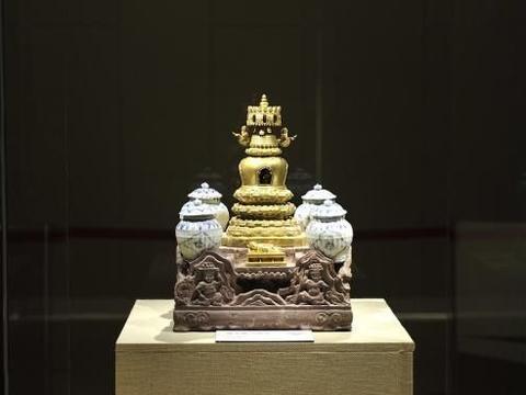 全国仅此一座用石座、铜塔瓷罐合成的小型金刚宝塔——鎏金喇嘛