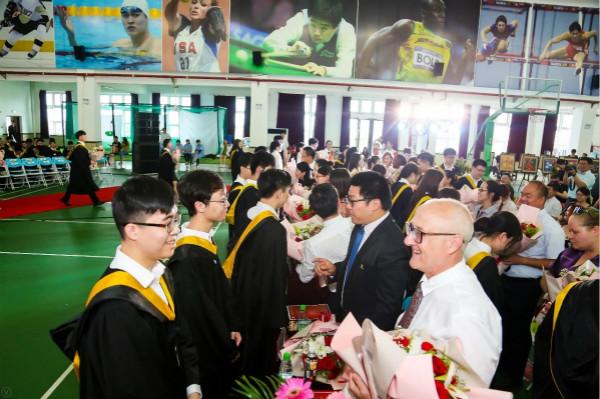 """""""长大后我就成了你"""" 上海枫叶国际学校167个毕业生迎来他们的成人礼"""