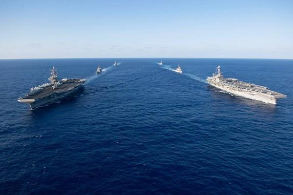 """美国海军""""里根""""号和""""斯坦尼斯""""号"""