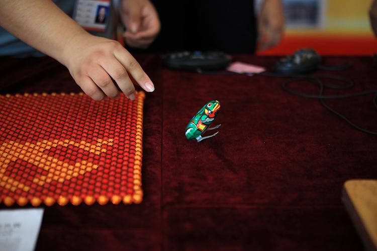铸剑魔法师 铁皮青蛙、老式电话 社区老物件展重温儿时记忆