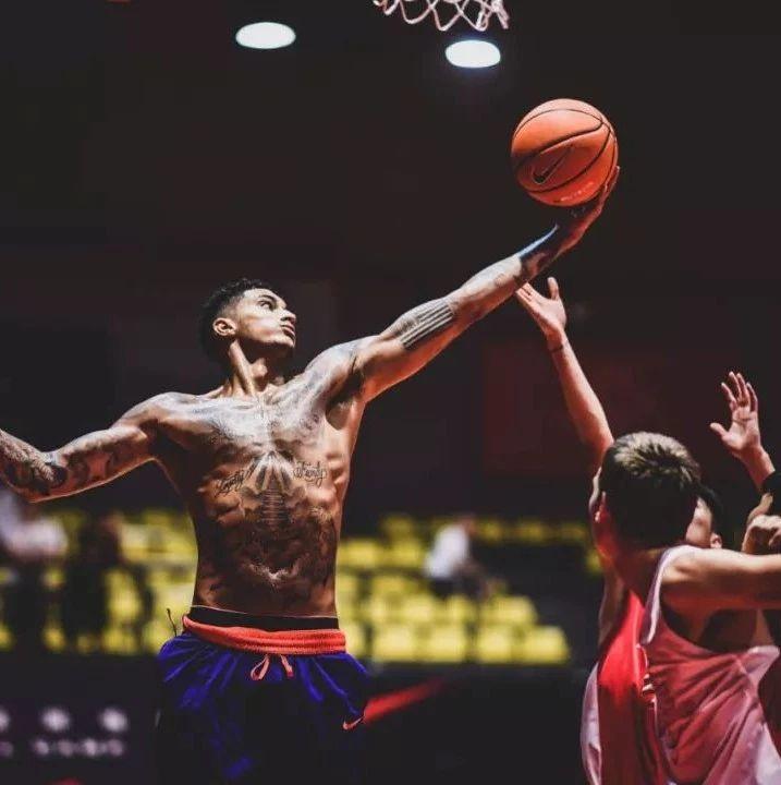 潮闻快食 |艺术家龙家升推出特别版Dazimomo!库兹马和奥科吉助阵耐克全亚洲篮球训练营