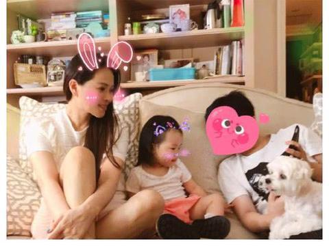 伊能静当妈超幸福,哈林儿子融入秦昊家庭,耐心教小米粒玩平板!