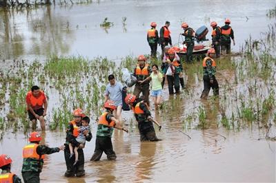 6月9日,广西桂林,武警广西总队桂林支队官兵驾驶冲锋舟在全州县救援遭洪水围困群众。 图/视觉中国