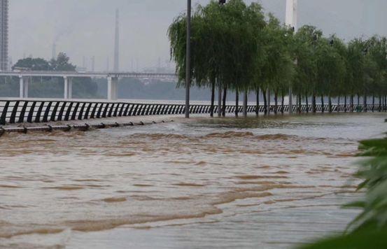 太太太牛了!路面积水漫过小腿,这辆车居然涉水通行丝毫没受影响