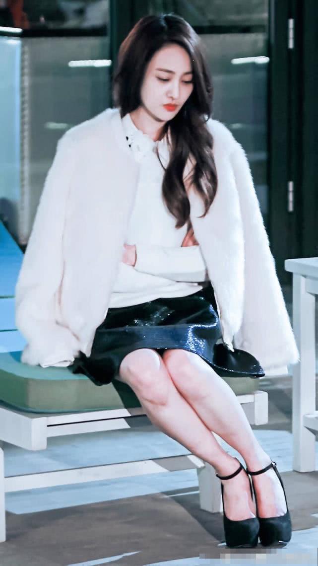 郑爽新版小倩路透虽然很美,不过网友感叹女神也太瘦了