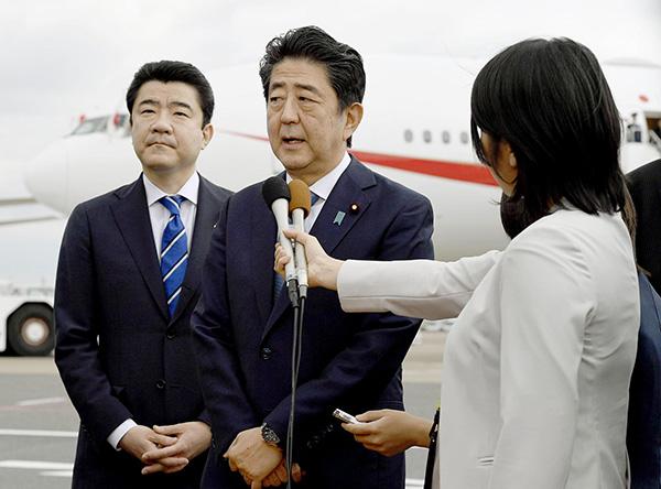 當地時間2019年6月12日,日本東京,日本首相安倍晉三前往伊朗前在機場接受採訪。視覺中國 圖
