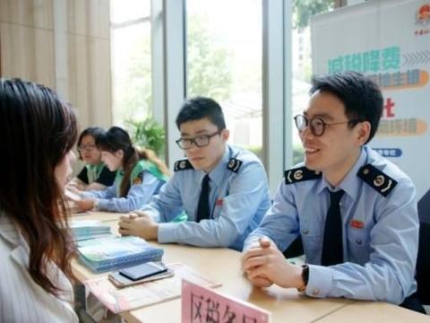 """大数据分析、精准化辅导……上海税务部门确保减税降费""""一个都"""