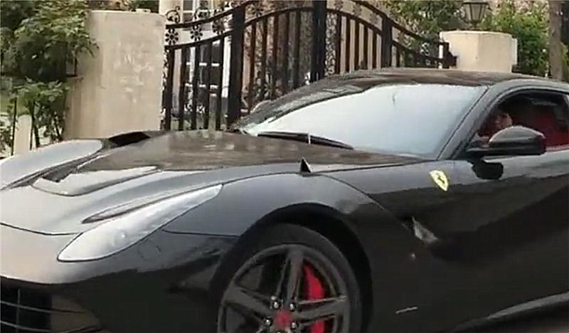 黑色法拉利F12现别墅楼下,车价620万,但车的吸睛度不及女车主