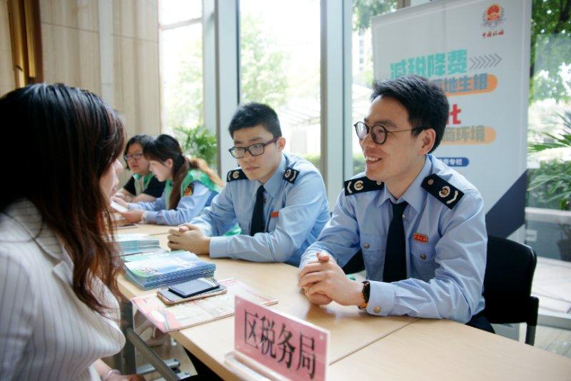 """大数据分析、精准化辅导……上海税务部门确保减税降费""""一个都不掉队"""""""