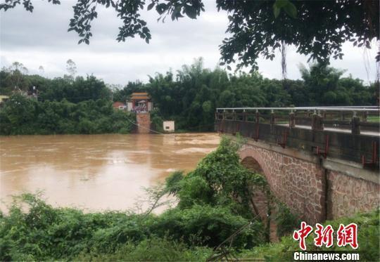 广东东源县一大桥被洪水冲垮 2人失联