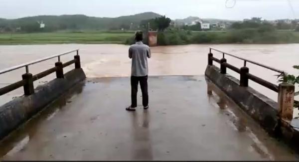 广东东源县一危桥被河水冲垮,一辆小汽车坠河2人失踪
