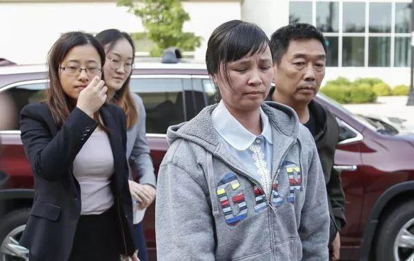 ▲当地时间6月3日,章莹颖的父母抵达美国伊利诺伊州皮奥里亚联邦法院。(法新社)