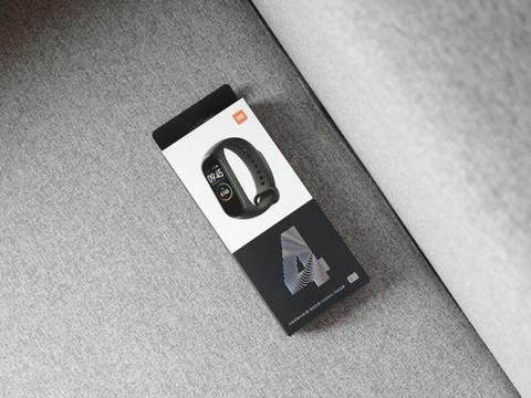 小米手环4开箱:全彩屏、离线支付、50米防水和全功能NFC成卖点