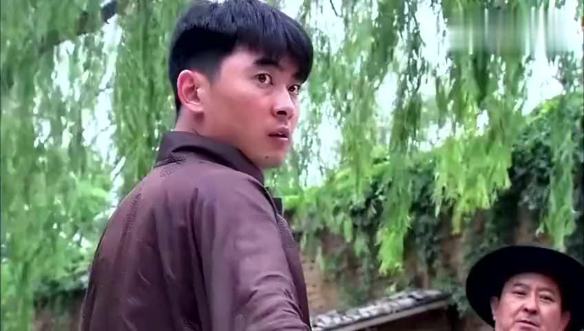 付杰挟持的老司机,半路跳车,无奈只好和杨家大小姐钻进小树林!