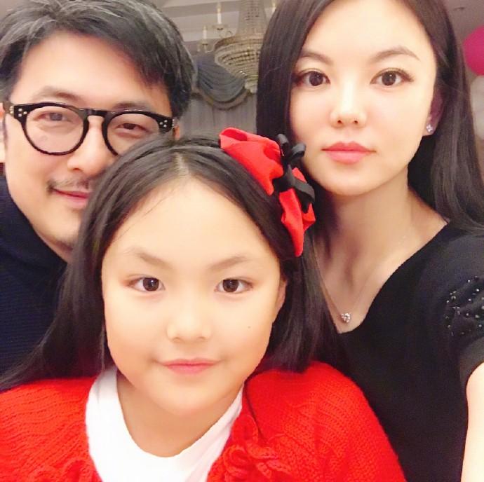王诗龄手拎两万名包、小S女儿的衣服不许超千元,穷养还是富养?