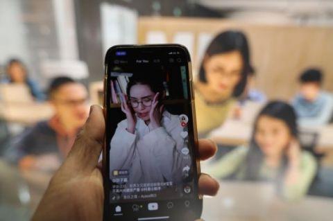 """""""互联网女王""""玛丽米克尔(Mary Meeker)说,短格式视频应用程序现在推动着中国互联网的使用"""