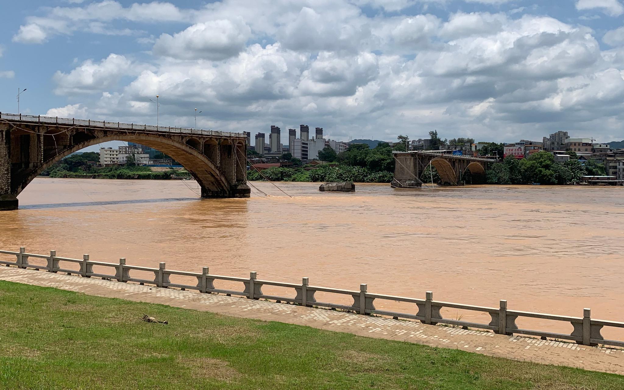 东郊小镇论坛 广东河源东江大桥垮塌续:有2名落水者下落不明
