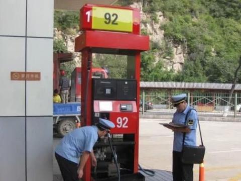 """太棒了!国内油价要回""""6元时代""""?车主:加满,必须加满"""