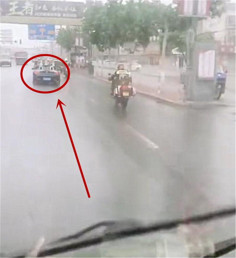 雨天实拍79万宝马Z4,本不会在意,但车主是开篷行驶,实在吸睛