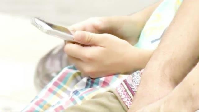 日官方统计:过度玩手机或致斜视 婴幼儿影响更大