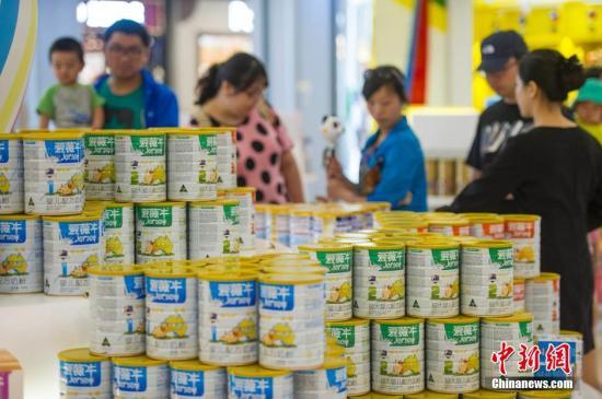 资料图:民众选购奶粉。中新社发 骆云飞 摄