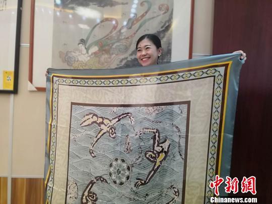 """兰州女子钟情敦煌文化设计再现""""壁画""""丝巾远销海外"""