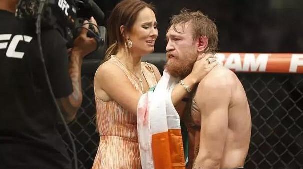 """UFC巨星吃八年""""软饭"""",成名之后,拿下全系劳斯莱斯送人"""