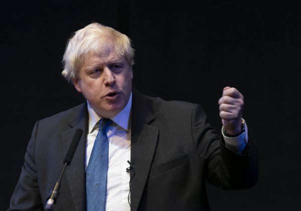 这是2018年10月2日在英国伯明翰拍摄的前外交大臣鲍里斯·约翰逊在保守党年会期间发表演讲的资料照片。新华社记者 韩岩 摄