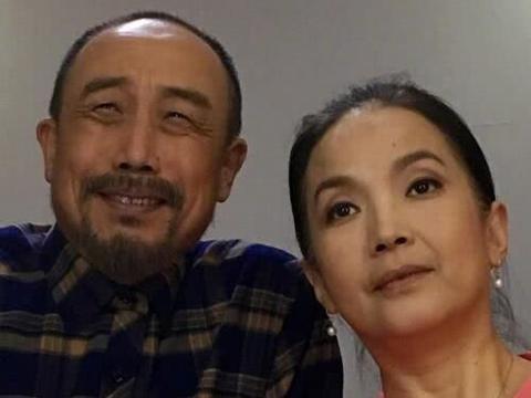 58岁吕丽萍与三婚丈夫近照,她满头银丝气质佳,孙海英容颜依旧